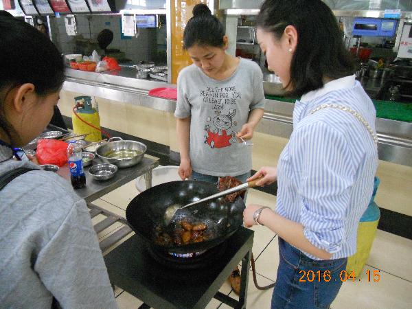 参赛学生精心烹制